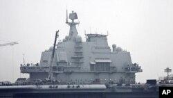 中国航母瓦良格号7月27日停泊在大连港
