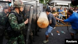 Protesters scuffle with soldiers during a rally at Victory Monument in Bangkok May 28, 2014.