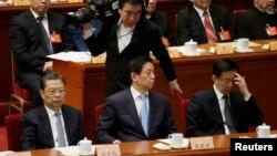 三位中共中央政治局委员在中国政协大会闭幕式的主席台上(2017年3月13日),前排左起:组织部长赵乐际,中央办公厅主任栗战书,上海市委书记韩正。8月1日中共中央宣传部、组织部和网信办联合下发《关于规范党员干部网络行为的意见》