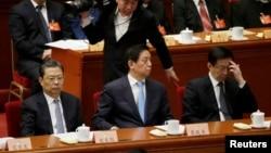 三位中共中央政治局委員在中國政協大會閉幕式的主席台上(2017年3月13日),前排左起:組織部長趙樂際,中央辦公廳主任栗戰書,上海市委書記韓正(2017年3月13日)
