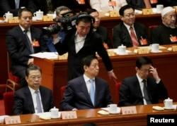 三位中共中央政治局委员在中国政协大会闭幕式的主席台上(2017年3月13日),前排左起:组织部长赵乐际,中央办公厅主任栗战书,上海市委书记韩正(2017年3月13日)