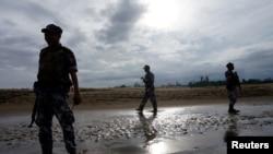 រូបភាពកសារ៖ ប៉ូលិសយាមល្បាតព្រំដែនមីយ៉ាន់ម៉ាក្នុងទីក្រុង Buthidaung ភាគខាងជើងរដ្ឋ Rakhine ប្រទេសមីយ៉ាន់ម៉ាកាលពីថ្ងៃទី១៣ កក្កដា ២០១៧។