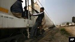Los migrantes viajan en el tren que recorre México, con el riesgo de ser arrollados y la amenaza de la delincuencia organizada.