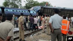 Rongsokan kereta api cepat Gorakhpur Express yang menabrak kereta api lainnya di Chureb, negara bagian Uttar Pradesh, Senin (26/5).