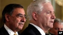 Los exsecretarios de Defensa, Robert Gates (en primer plano) y Leon Panetta (a la izquierda).