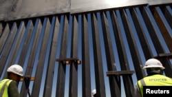 建筑工人在检查在美墨边境新建的隔离屏障(2018年4月23日 )