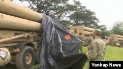 7일 경북 성주군 사드 기지에서 미군들이 추가로 반입한 사드 발사대 설치를 위해 가림막을 제거하고 있다.