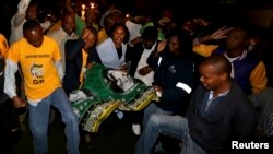پس از مرگ ماندلا مردم در برابر خانه رئیس جمهوری پیشین شعار می خوانند