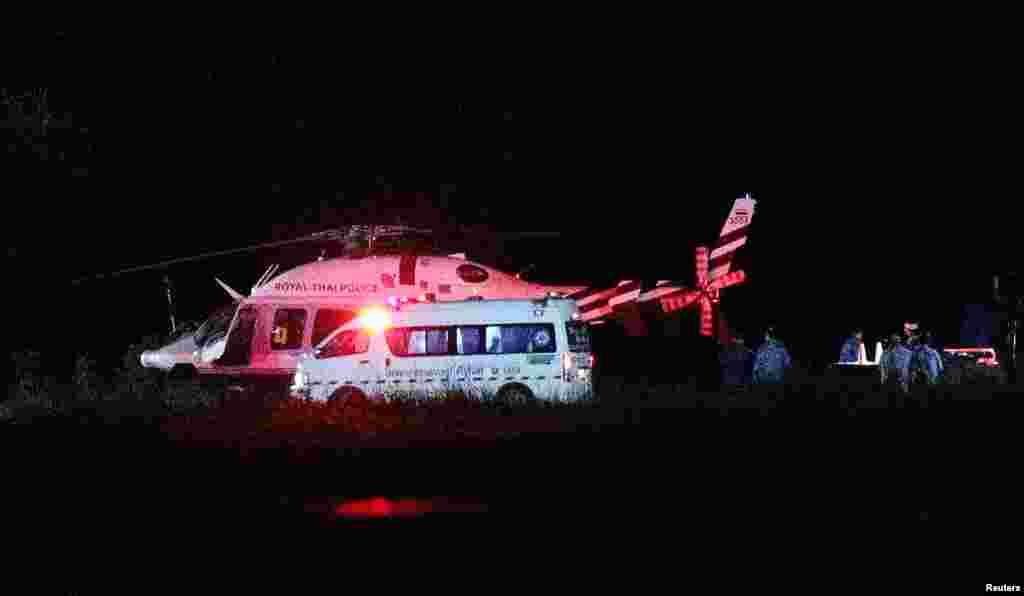 載著獲救被困泰國少年的直升機飛抵軍方一家醫院。