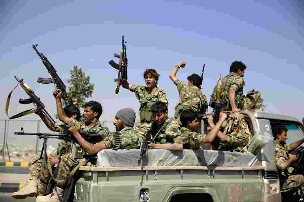 예멘 수도 사나에서 후티 반군을 지지하는 부족 집회가 열린 가운데, 후티 대원들이 순찰용 트럭 위에서 구호를 외치고 있다.