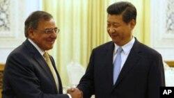 El jefe del Pentágono, Leon Panetta, estrecha la mano al vicepresidente chino, Xi Jinping.