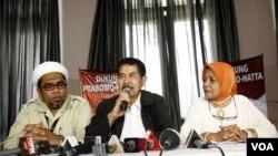 Tim sukses Prabowo (dari kiri ke kanan) Ali Mochtar Ngabalin, Yunus Yosfiah, dan Marwah Daud Ibrahim, membantah pernyataan Wiranto yang menyatakan bahwa Prabowo telah dipecat dari militer, dalam keterangan pers di Jakarta (20/6).