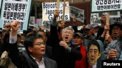 South Korean conservative right-wing protesters chant slogans during an anti-Japan rally in front of the Japanese embassy in Seoul, April 25, 2013.