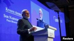 بھارتی وزیر اعظم نریندر مودی شنگھائی میں ایک کانفرنس میں تقریر کر رہے ہیں۔ یکم جون 2018