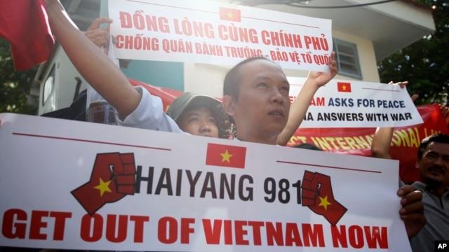 Biểu tình phản đối việc Trung Quốc đưa giàn khoan vào hoạt động trong vùng biển ngoài khơi Việt Nam.