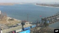 북한 압록강철교를 건너는 중국의 화물트럭 행렬(자료사진)