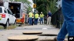 Trabajador de Columbia Gas en Lawrence, Massachusetts espera mientras un equipo de trabajadores se asegura de que no hay fugas de gas en la zona afectada por explosiones en la ciudad. Septiembre 14 de 2018.