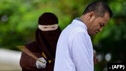 انڈونیشیا میں آچے علما کونسل کے رکن مخلص کو بید مارے جا رہے ہیں