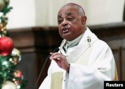 Wilton Gregory berbicara kepada umat paroki di Atlanta, Georgia, 5 Desember 2013. (Foto: REUTERS/Tami Chappell)