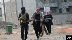 Homens armados patrulhando a cidade de Fallujah depois de combates com forças de segurança governamentais