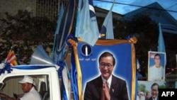 Ông Sam Rainsy đã bị kết án hai năm tù vắng mặt vì tội cố ý nhổ bỏ các cột mốc biên giới với Việt Nam và tội khích động kỳ thị chủng tộc