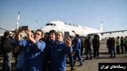 سلفی خدمه هواپیمایی ایران با یکی از هواپیماهای جدید که ایران خریداری کرده است.