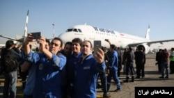 کارکنان فرودگاه مهرآباد با ایرباس جدید سلفی می گیرند.