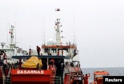 Helikopter terbang di atas kapal SAR di lokasi kecelakaan pesawat Lion Air JT610 di lepas pantai Karawang, Jawa Barat, 30 Oktober 2018.(Foto: Reuters)