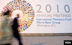 Poster Pertemuan Tahunan IMF-Bank Dunia di depan markas IMF di Washington.