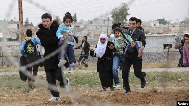 Warga Suriah melarikan diri dari kota Ras al-Ain ke kota perbatasan Suriah-Turki, di wilayah Ceylanpinar, propinsi Sanliurfa (9/11). Pesawat jet tempur Suriah menggempur wilayah ini, Senin (12/11).