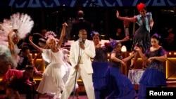 Дьюли Хилл выступает на 68-й ежегодной премии «Тони». Нью-Йорк, 8 июня 2014г.