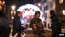 Des policiers discutent avec des militaires dans les rues de Strasbourg, dans l'est de la France, après une fusillade, le 11 décembre 2018.