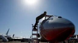 Bruce Best, seorang detailer pesawat dengan AEM Group, membersihkan kaca depan jet bisnis VistaJet Global 7500 di Bandara Eksekutif Henderson selama NBAA Business Aviation Convention & Exhibition di Henderson, Nevada, AS, 12 Oktober 2021.(Foto: Ilustrasi/REUTERS/Steve Marcus)