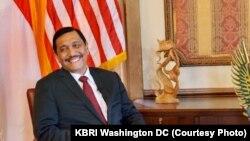 """Menko Kemaritiman Luhut Binsar Panjaitan membantah adanya """"perang bintang"""" di kabinet dalam wawancara khusus dengan VOA di KBRI Washington DC Rabu (11/10). (Courtesy: KBRI)"""