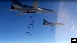 Pesawat pembom Tu-22M3 Rusia menjatuhkan bom di sasaran-sasaran pemberontak Suriah (foto: dok).