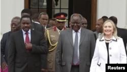 A wan nan hoto daga hanun dama sakatariyar harkokin wajen Amurka Hillary Clinton ce da shugaban kasar kenya Mwai Kibaki.