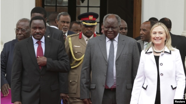 Kenya's President Mwai Kibaki (C), flanked  by U.S. Secretary of State Hillary Clinton (R) and his vice president Kalonzo Musyoka (L), after a meeting at State House in Nairobi, August 4, 2012.