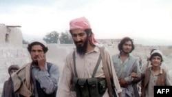 Усама бин Ладен (в центре). Архивное фото