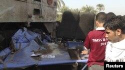 遇难者的亲属11月17日在车祸现场