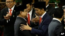 Ketua Umum partai Gerindra Prabowo Subianto mengucapkan selamat kepada Presiden Joko Widodo usai pelantikan Presiden di gedung DPR/MPR, Minggu (20/10).