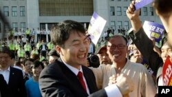 Pemimpin partai berhaluan kiri Korea Selatan, Partai Progresif Bersatu (UPP), Lee Seok-ki (tengah) disambut para pendukungnya di Seoul, Korea Selatan, 4 September 2013 (Foto: dok).