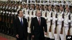 俄羅斯總理普京(右)訪問中國與中國總理溫家寶(左)檢閱儀仗隊