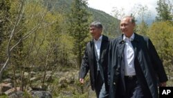 Prezidentlar Almazbek Atambayev, Vladimir Putin Bishkek yaqinidagi Oq Soy qarorgohida. 28-may, 2013-yil.