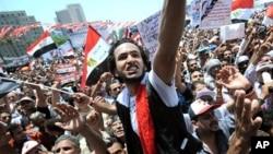 埃及抗議者星期五在解放廣場上揮舞國旗