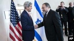 Держсекретар Керрі (зліва) і міністр закордонних справ Ізраїлю Ліберман