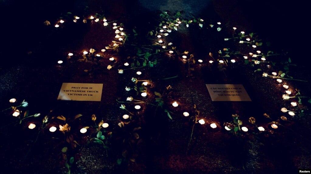 Những ngọn nến tưởng niệm 39 người Việt thiệt mạng ở Anh, ảnh chụp trước Nhà Thờ Lớn Hà Nội, 27/10/2019