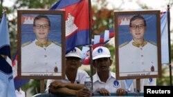 Các thành viên đảng đối lập Sam Rainsy tham gia vào chiến dịch bầu cử ở Phnom Penh
