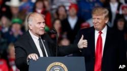 美国众议员夏伯特2018年10月12日与特朗普总统参加共和党竞选造势活动