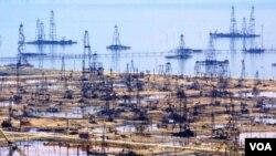 Neft satışından əldə edilən gəlir Azərbaycan iqtisadiyyatının əsasını təşkil edir.