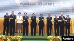 Presiden dan Perdana Menteri negara-negara ASEAN berpose bersama dalam pembukaan pertemuan puncak ASEAN dan perayaan HUT ke-45 ASEAN di Peace Palace, Phnom Penh (3/4).